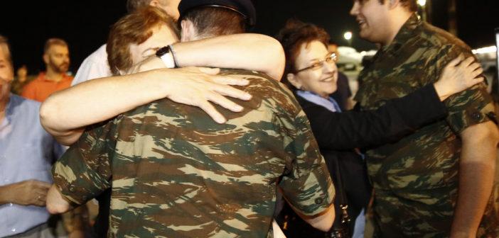 """Συγκίνηση και χαρά στην υποδοχή των δύο Ελλήνων στρατιωτικών στο αεροδρόμιο """"Μακεδονία"""""""