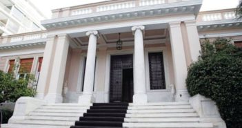Μαξίμου: Καταδικάζουμε απερίφραστα τους βανδαλισμούς στο κοινοβούλιο