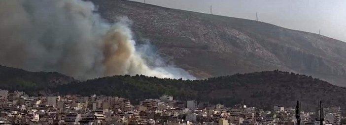 Υπό μερικό έλεγχο η φωτιά στον Βύρωνα -Ισχυροί άνεμοι στην περιοχή – Πού έχει διακοπεί η κυκλοφορία
