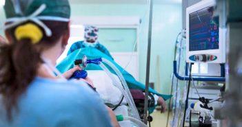 """Τα νοσοκομεία """"στο κόκκινο""""- Ιδιαίτερα ανησυχητική η αύξηση των διασωληνωμένων και οι ελλείψεις σε ΜΕΘ"""