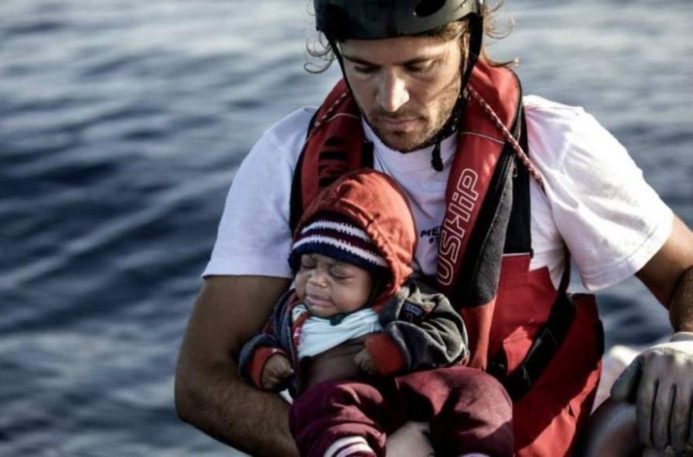 Αποστολόπουλος: Το λιμενικό πετά στη θάλασσα τους πρόσφυγες – Τι απάντησε για την ακύρωση της βράβευσής του