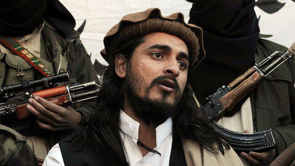 Ο Πακιστανός διοικητής των Ταλιμπάν Χακιμουλάχ Μεχσούντ μιλά σε μια ομάδα εκπροσώπων των ΜΜΕ στην περιοχή Μαμουζάι