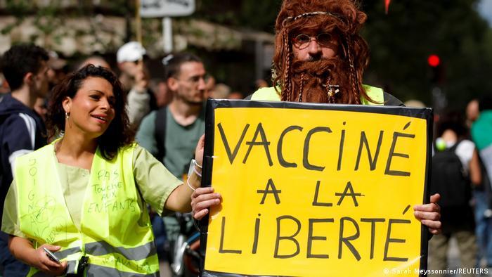 Γαλλία: Κίτρινα Γιλέκα και αντιεμβολιαστές πιέζουν τον Μακρόν