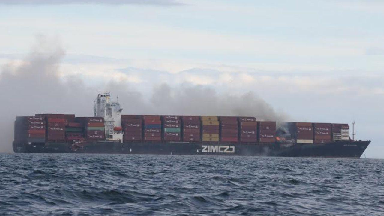 Πυρκαγιά σε πλοίο μεταφοράς εμπορευματοκιβωτίων στον Καναδά – Εκλύονται τοξικά αέρια